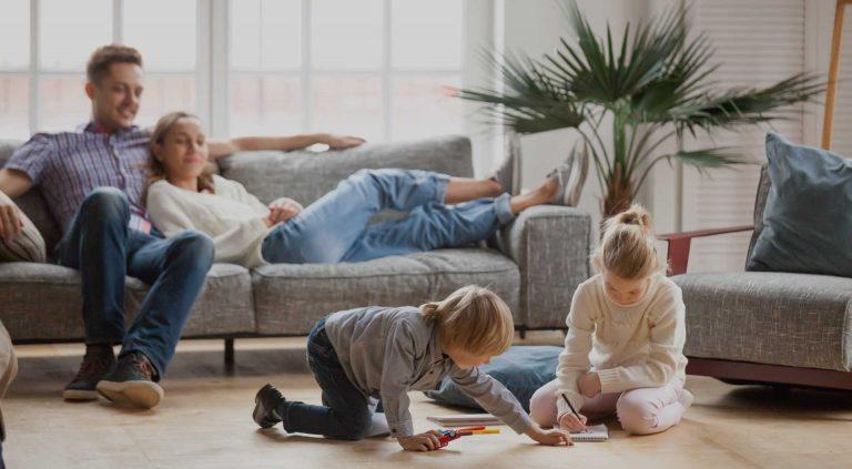 maison travaux famille heureuse coup de pouce économies d'énergie